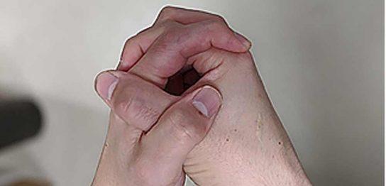 両手の指を組んだ画像