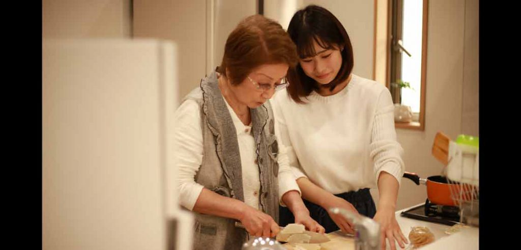 リハビリで家事もこなせるようになった料理中の女性