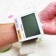 手首の血圧計の写真