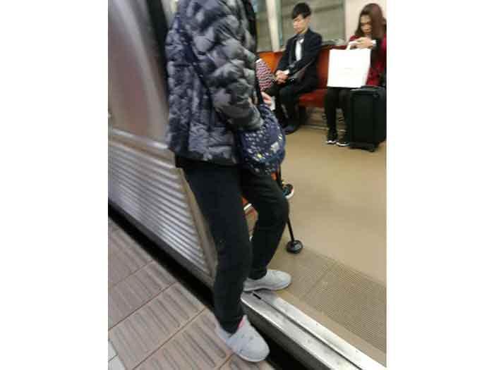 電車に杖歩行で安全に乗り込み