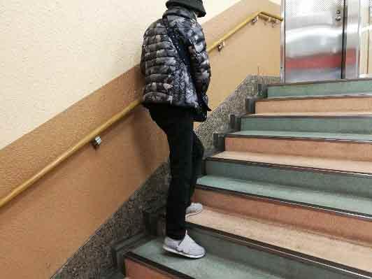 杖歩行で階段のぼり