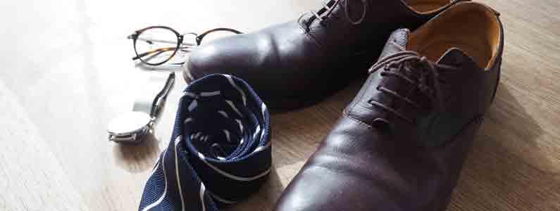 復職に向けて準備された靴とネクタイと時計と眼鏡