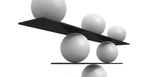 ボールの上にバランスを保った板とボールたち