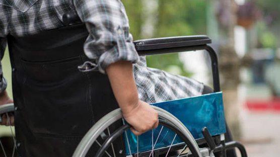 車椅子を自走する後ろ姿の男性