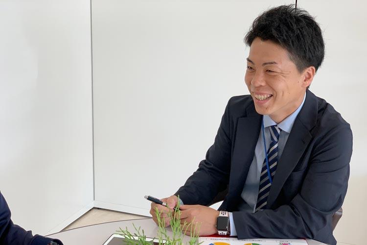 笑顔で相談に応じるマネジメントサポーター